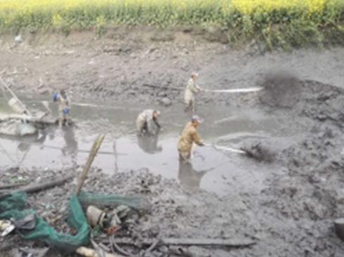 清理河道淤泥